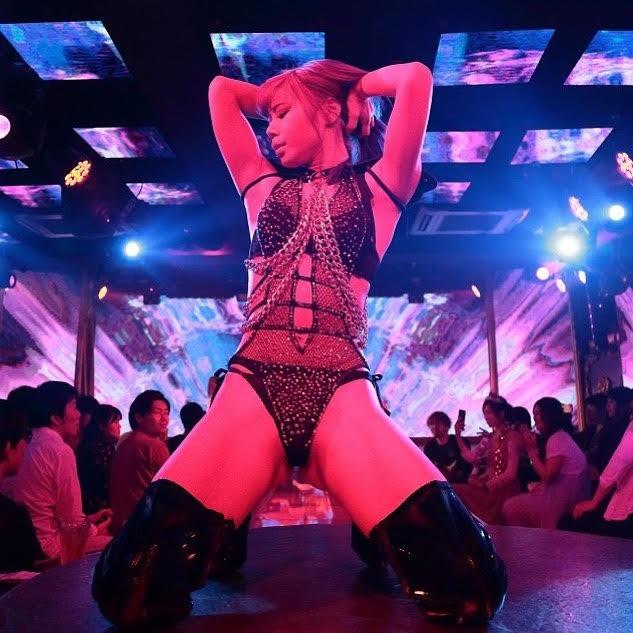 girl in strip club osaka