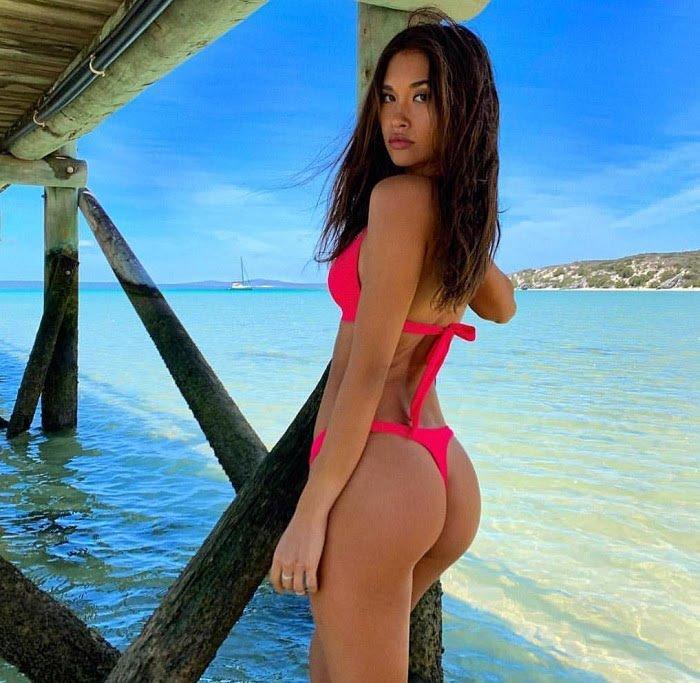 jakarta-girl-in-the-beach